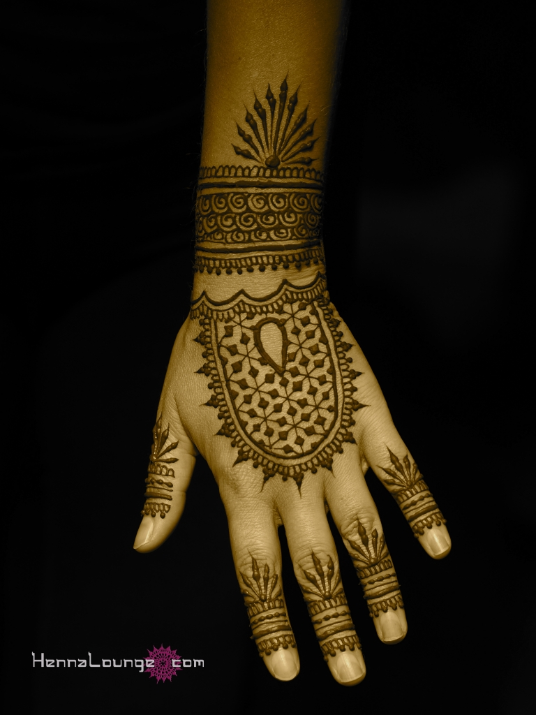 Fusion henna pattern with geometric elements